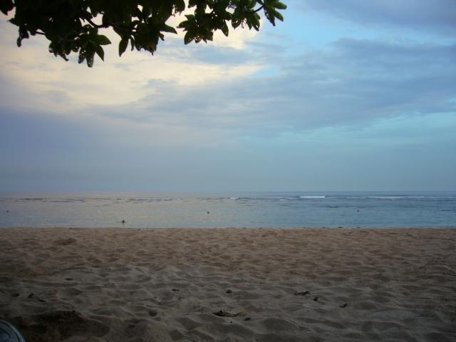薄暗いビーチ